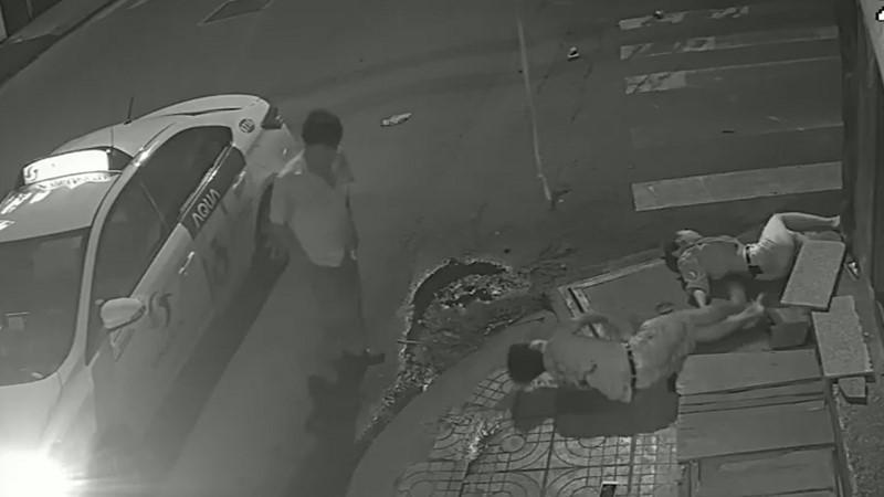 Clip: Tài xế taxi gây tai nạn xong đứng nhìn người tử vong, người giãy đành đạch... rồi bỏ đi!-2
