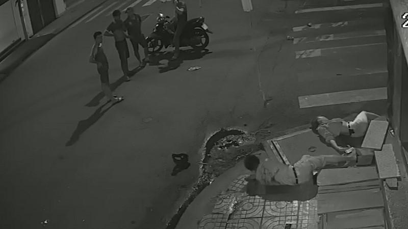 Clip: Tài xế taxi gây tai nạn xong đứng nhìn người tử vong, người giãy đành đạch... rồi bỏ đi!-3