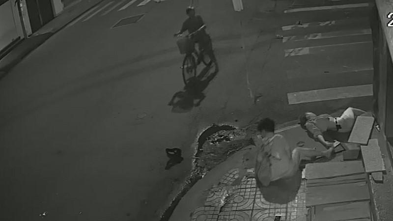 Clip: Tài xế taxi gây tai nạn xong đứng nhìn người tử vong, người giãy đành đạch... rồi bỏ đi!-4