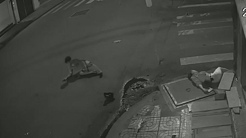 Clip: Tài xế taxi gây tai nạn xong đứng nhìn người tử vong, người giãy đành đạch... rồi bỏ đi!-5
