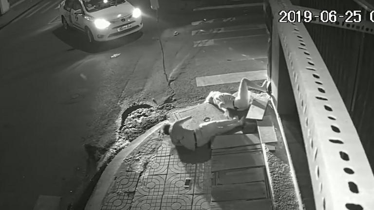 Clip: Tài xế taxi gây tai nạn xong đứng nhìn người tử vong, người giãy đành đạch... rồi bỏ đi!-1