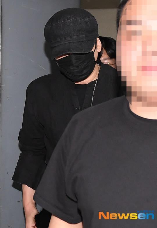 Goo Hara lộ áo ngực ngay lần đầu tiên tái xuất sân khấu sau scandal tự tử-3