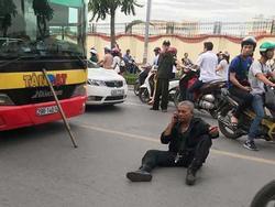 Hà Nội: Tài xế xe 3 gác ngồi giữa đường sau khi xảy ra va chạm với xe buýt