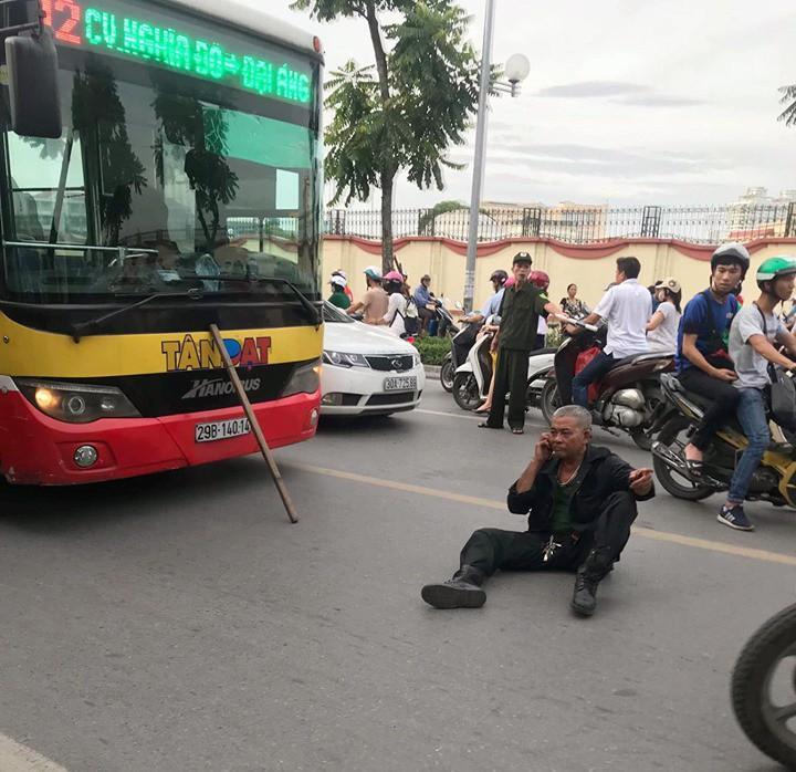 Hà Nội: Tài xế xe 3 gác ngồi giữa đường sau khi xảy ra va chạm với xe buýt-1