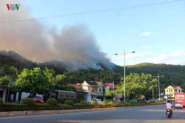 Cháy rừng ở Hà Tĩnh bùng phát trở lại uy hiếp trạm xăng-1