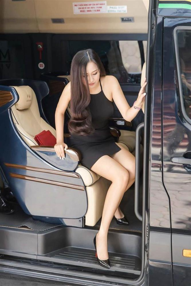 Mai Phương Thúy bước xuống xe cũng thần thái ngời ngời nhưng đến Hương Giang thì khiến fan thả tim không ngớt-2