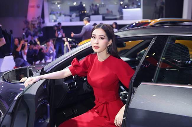 Mai Phương Thúy bước xuống xe cũng thần thái ngời ngời nhưng đến Hương Giang thì khiến fan thả tim không ngớt-7