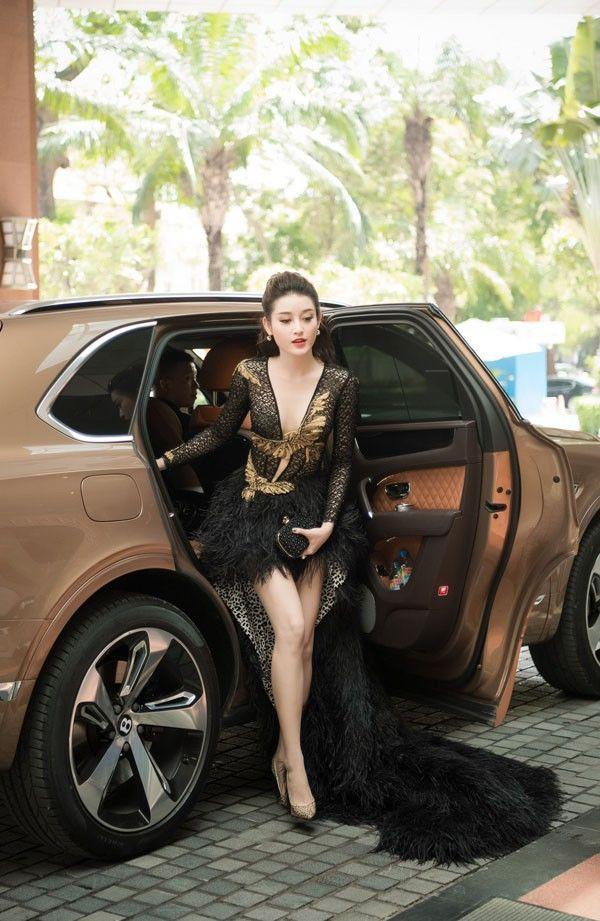 Mai Phương Thúy bước xuống xe cũng thần thái ngời ngời nhưng đến Hương Giang thì khiến fan thả tim không ngớt-8