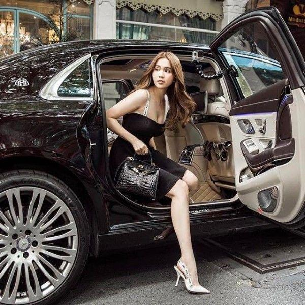 Mai Phương Thúy bước xuống xe cũng thần thái ngời ngời nhưng đến Hương Giang thì khiến fan thả tim không ngớt-11