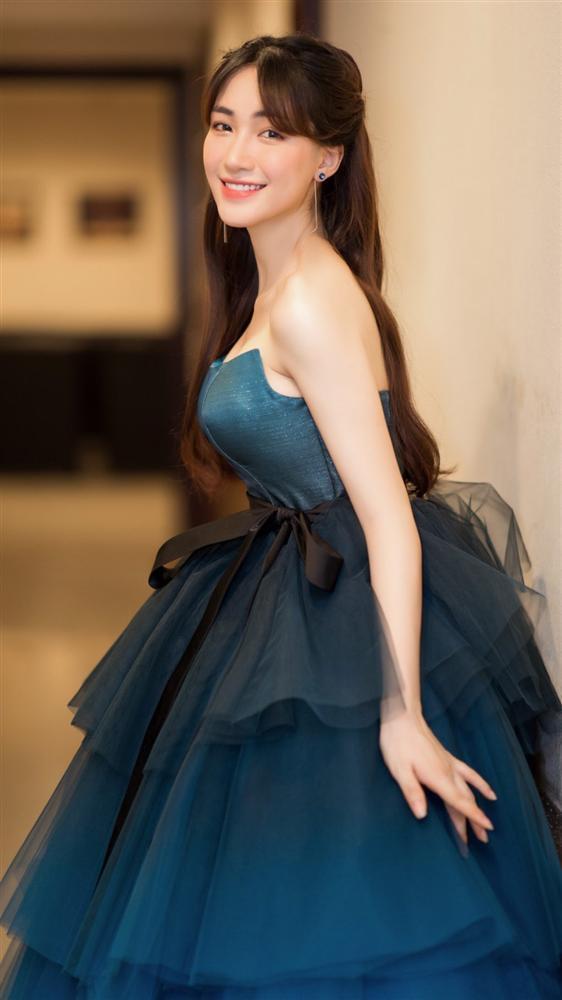 Hòa Minzy gặp sự cố với khóa váy trước khi ra sân khấu-2