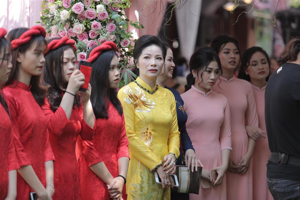 Vừa tổ chức lễ ăn hỏi hoành tráng, trung vệ Bùi Tiến Dũng và Khánh Linh còn bất ngờ được mẹ vợ làm điều đặc biệt-3