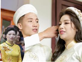 Vừa tổ chức lễ ăn hỏi hoành tráng, trung vệ Bùi Tiến Dũng và Khánh Linh còn bất ngờ được mẹ vợ làm điều đặc biệt