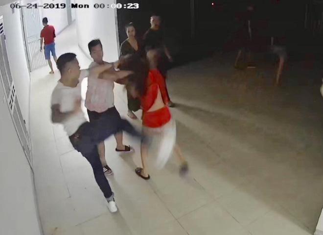 Clip: Cô gái áo đỏ bị nhóm thanh niên lực lưỡng lao vào đấm, đạp túi bụi ngay tại chung cư-1