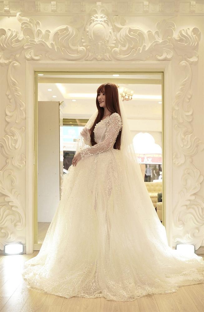 Bị đồn bác sĩ bắt lấy chồng, Thu Thủy chọn váy cưới che bụng, cưới gấp trong tháng 7 này?-1