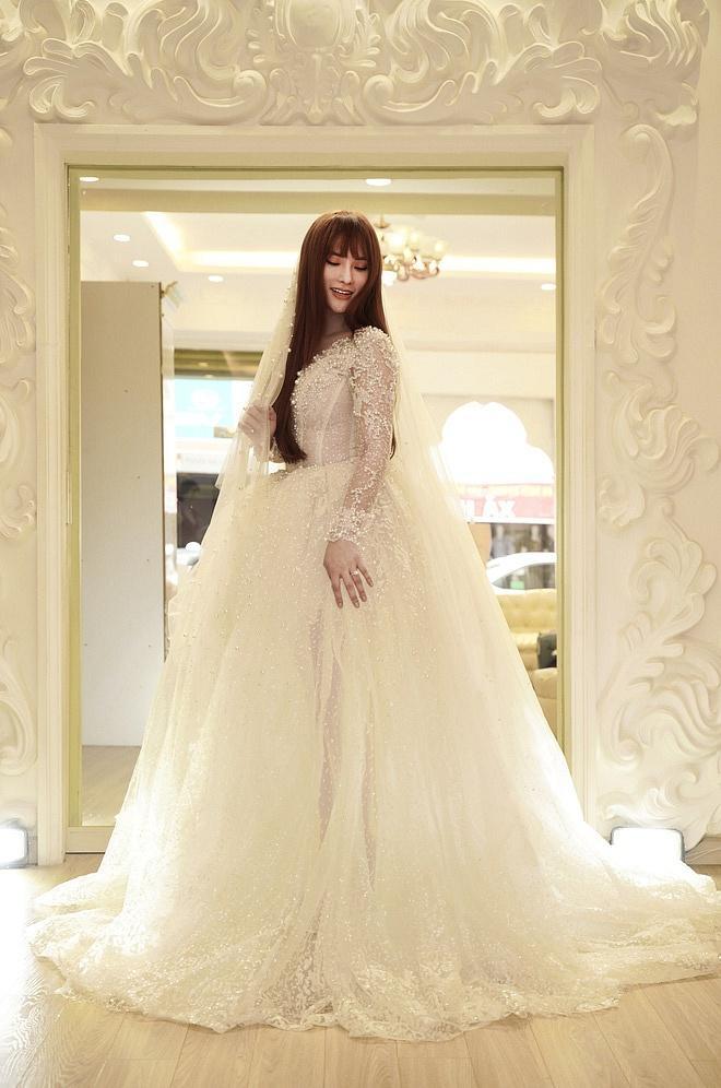Bị đồn bác sĩ bắt lấy chồng, Thu Thủy chọn váy cưới che bụng, cưới gấp trong tháng 7 này?-3