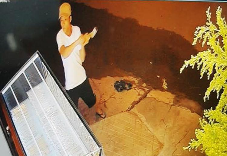 Clip: Gã thanh niên ở Đăk Lăk dùng búa đập 1 nhát vào tủ kính, khoắng cả nắm vàng trong 5 giây-1