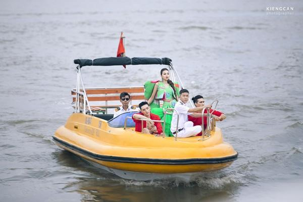 Thanh Hằng mặc đầm vedette mà như áo phao, ngồi cano dạo quanh sông Sài Gòn-1