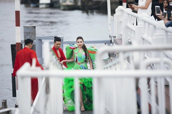 Thanh Hằng mặc đầm vedette mà như áo phao, ngồi cano dạo quanh sông Sài Gòn-3