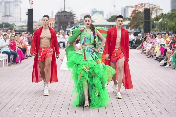 Thanh Hằng mặc đầm vedette mà như áo phao, ngồi cano dạo quanh sông Sài Gòn-4