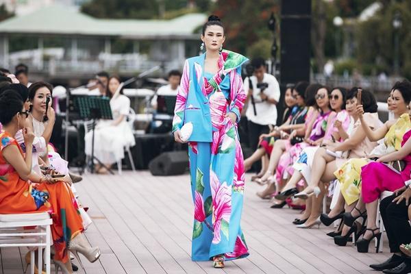 Thanh Hằng mặc đầm vedette mà như áo phao, ngồi cano dạo quanh sông Sài Gòn-7