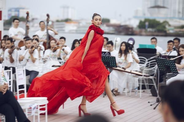 Thanh Hằng mặc đầm vedette mà như áo phao, ngồi cano dạo quanh sông Sài Gòn-16