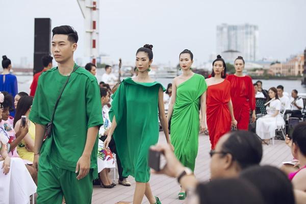 Thanh Hằng mặc đầm vedette mà như áo phao, ngồi cano dạo quanh sông Sài Gòn-22