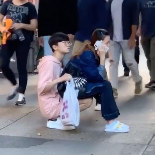 Bắt bạn trai lấy chân làm ghế ngồi để mình ung dung nghe điện thoại, cô gái khiến dân mạng tức sôi máu-1