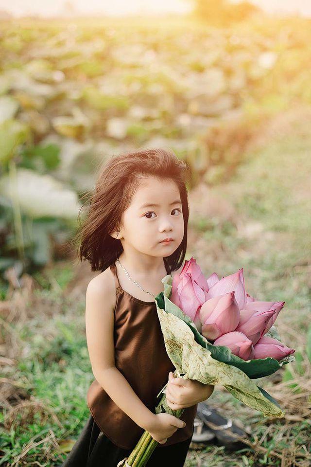 Các cô các chú ơi: Bộ ảnh thiên thần nhí chụp với sen đẹp nhất mùa hè đây rồi!-2