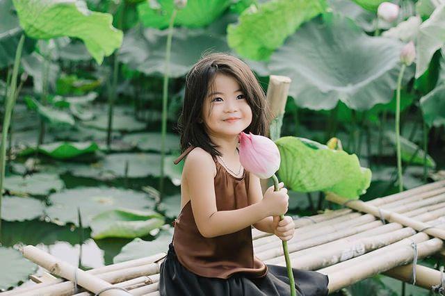 Các cô các chú ơi: Bộ ảnh thiên thần nhí chụp với sen đẹp nhất mùa hè đây rồi!-4