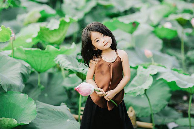 Các cô các chú ơi: Bộ ảnh thiên thần nhí chụp với sen đẹp nhất mùa hè đây rồi!-7