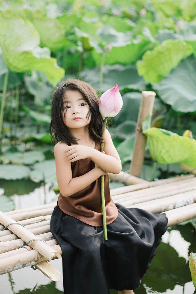 Các cô các chú ơi: Bộ ảnh thiên thần nhí chụp với sen đẹp nhất mùa hè đây rồi!-9