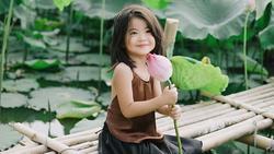 Các cô các chú ơi: Bộ ảnh thiên thần nhí chụp với sen đẹp nhất mùa hè đây rồi!