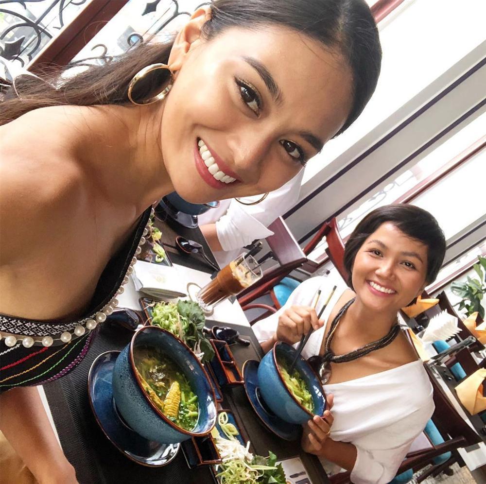 Mặc chỉn chu đón tiếp bạn thi Miss Universe nhưng HHen Niê lại gây hoang mang khi không makeup - chẳng làm đầu-3