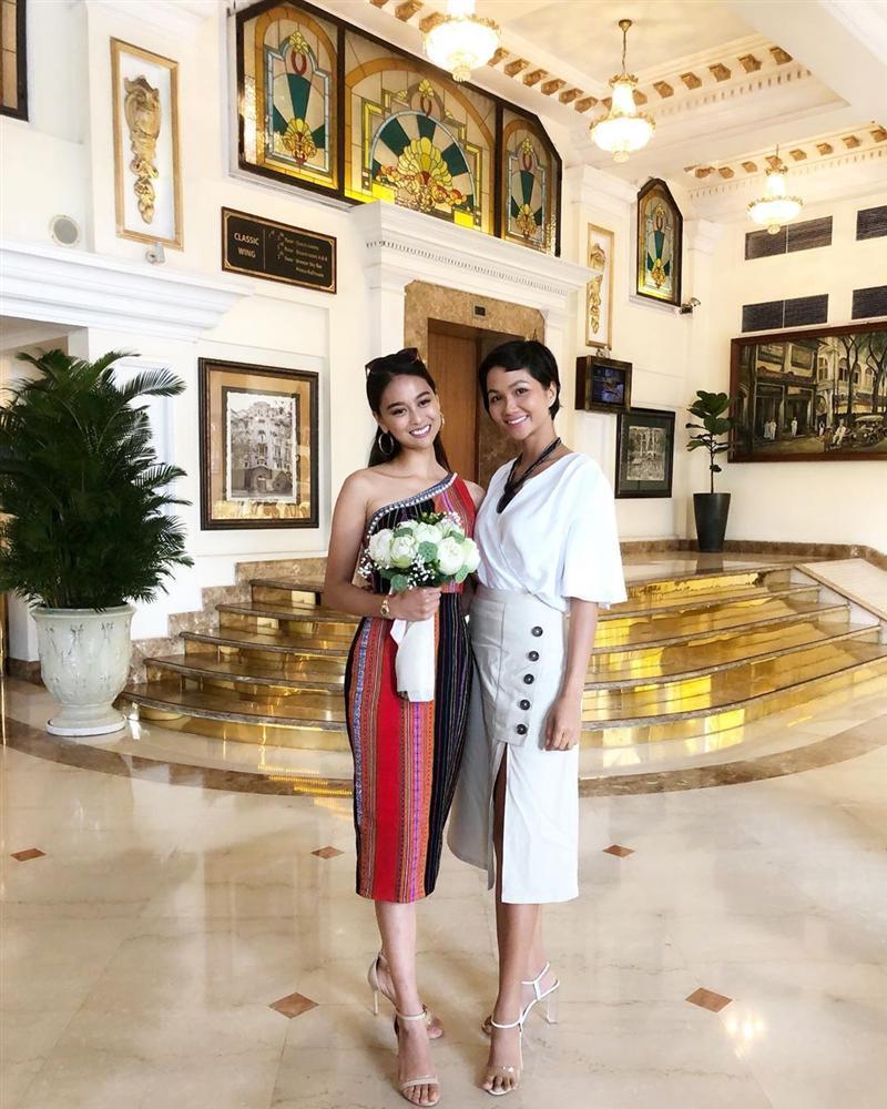 Mặc chỉn chu đón tiếp bạn thi Miss Universe nhưng HHen Niê lại gây hoang mang khi không makeup - chẳng làm đầu-1