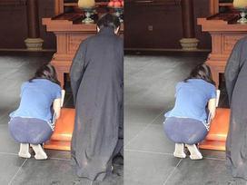 Mặc quần mỏng như tờ giấy để lộ nội y khi đi lễ chùa, người phụ nữ khiến ai cũng kinh hãi với kiểu thời trang gây sốc