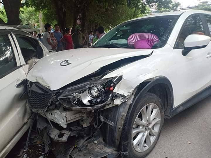 Hà Nội: Ô tô con mất lái đâm hàng loạt phương tiện, nhiều mảnh vỡ vương vãi khắp đường-2