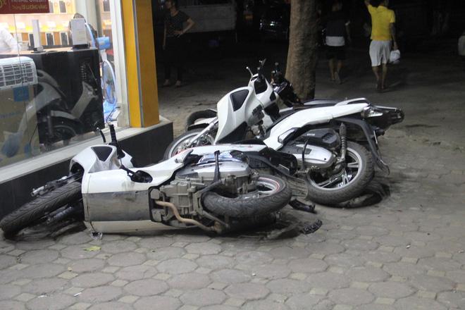 Hà Nội: Ô tô con mất lái đâm hàng loạt phương tiện, nhiều mảnh vỡ vương vãi khắp đường-3