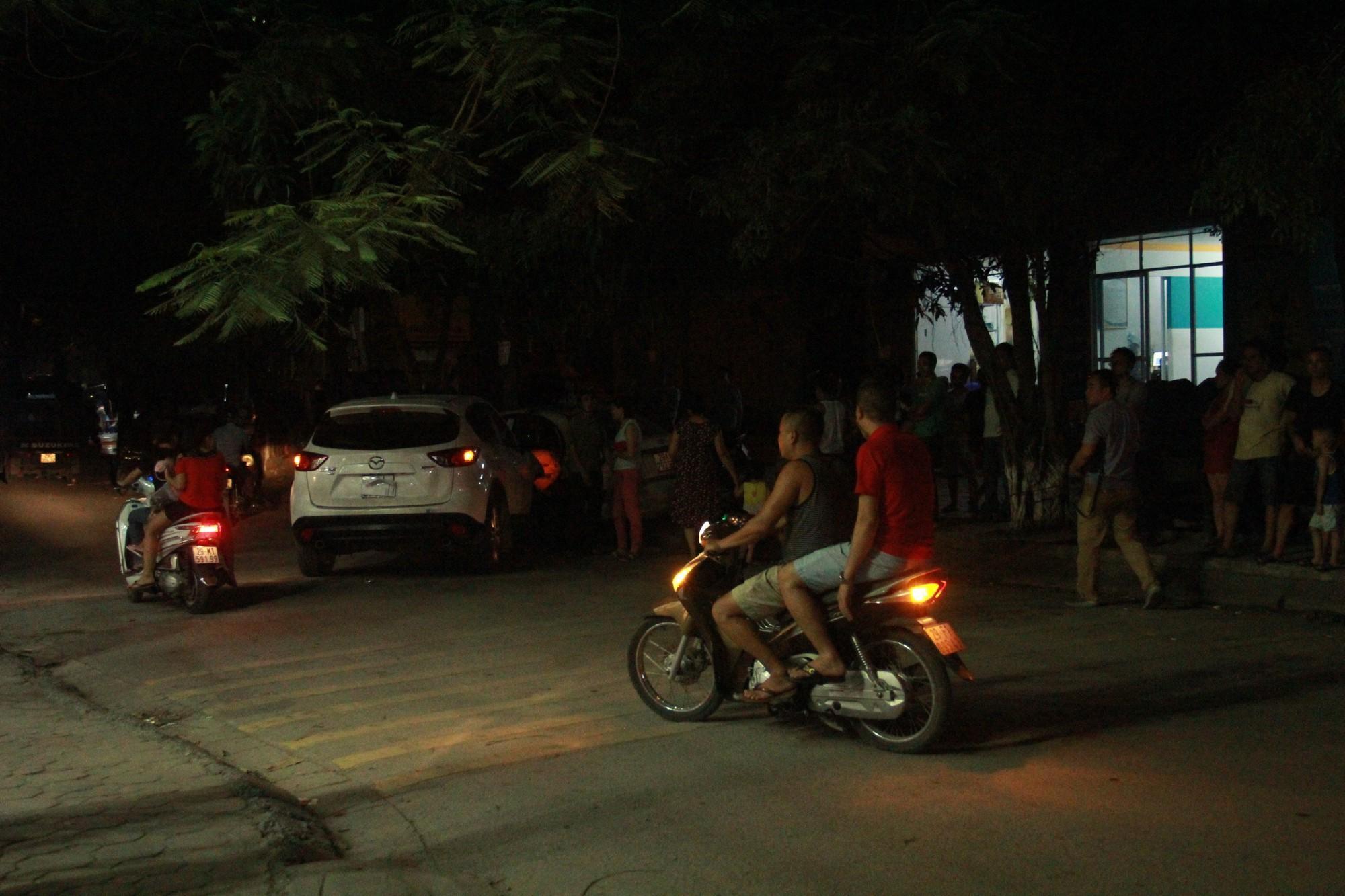 Hà Nội: Ô tô con mất lái đâm hàng loạt phương tiện, nhiều mảnh vỡ vương vãi khắp đường-4