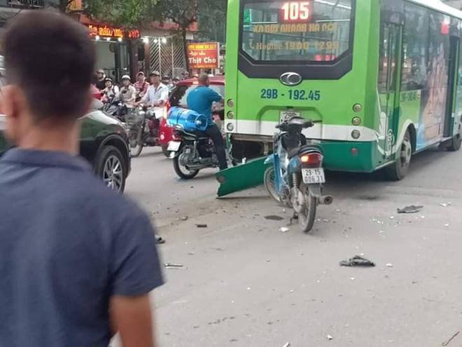 Hà Nội: Ô tô con mất lái đâm hàng loạt phương tiện, nhiều mảnh vỡ vương vãi khắp đường-1