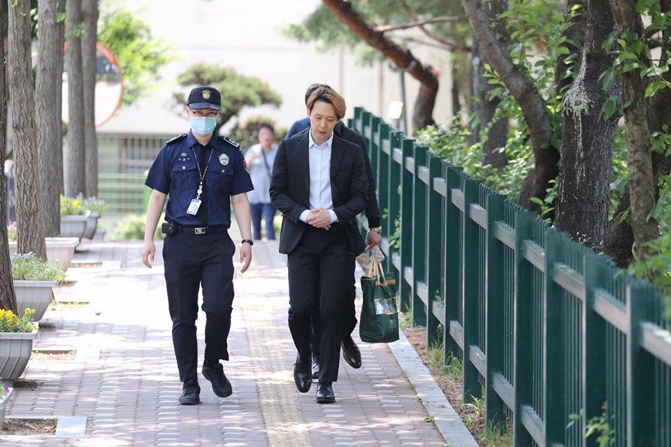 Sao nam Hoàng tử gác mái Park Yoochun bật khóc sau khi bị tuyên án tù-5
