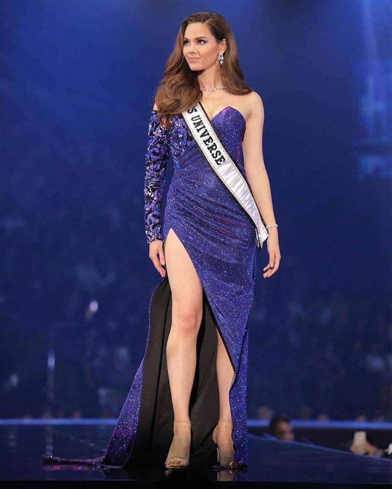 Hết vía với thời trang đã lôi thôi còn sến sẩm, tố cáo hình thể kém hoàn hảo của Hoa hậu Hoàn vũ 2018-2