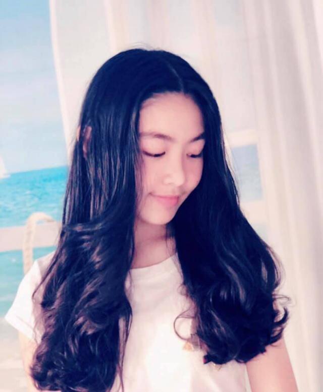 Con gái 15 tuổi của MC Quyền Linh trổ tài làm tóc cho bạn, bất ngờ nhất chính là phản ứng từ nghệ sĩ Hồng Vân-6