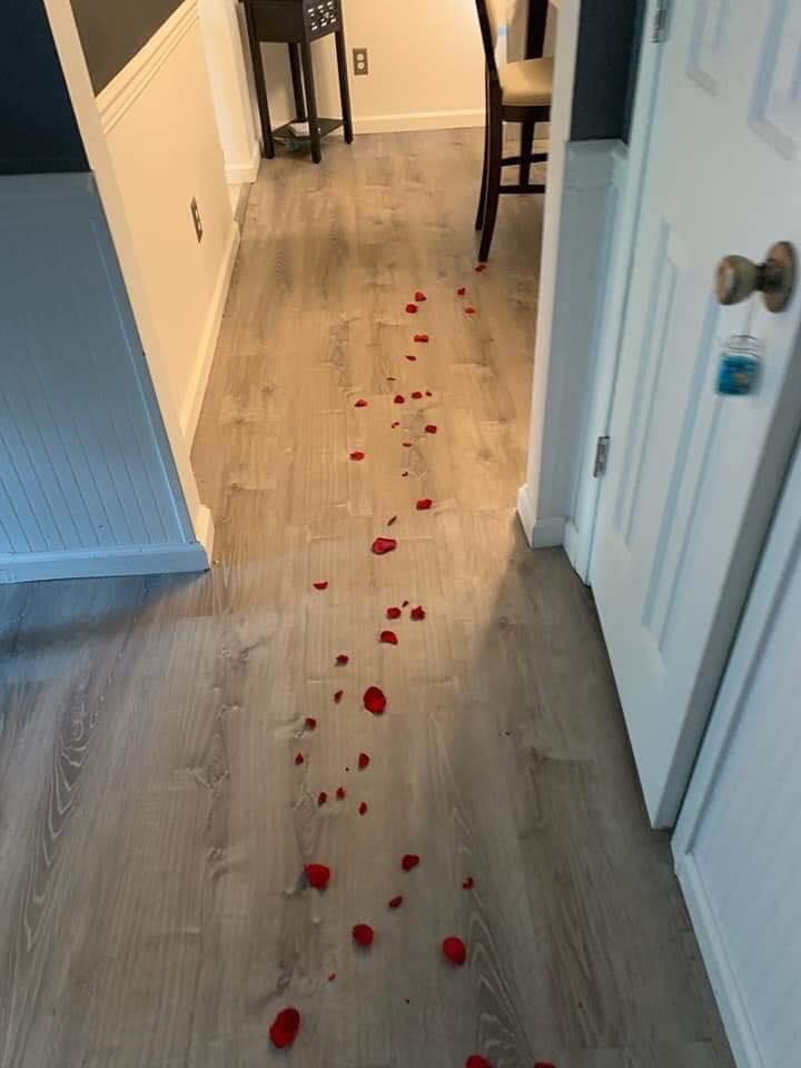 Tưởng vợ rắc hoa hồng để tặng quà sinh nhật, chồng đi theo rồi khiếp vía khi nhìn thấy món quà...-2
