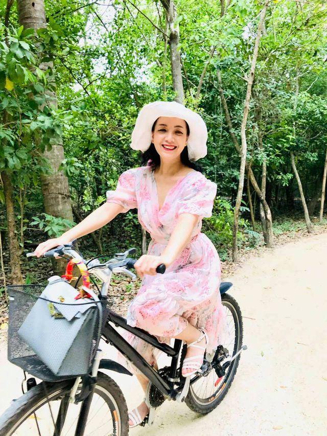 52 tuổi, NSƯT Chiều Xuân vẫn tự tin mặc áo tắm cúp ngực khoe body chuẩn-6