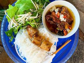 Báo Anh ca ngợi bánh cuốn, cà phê và ẩm thực Hà Nội