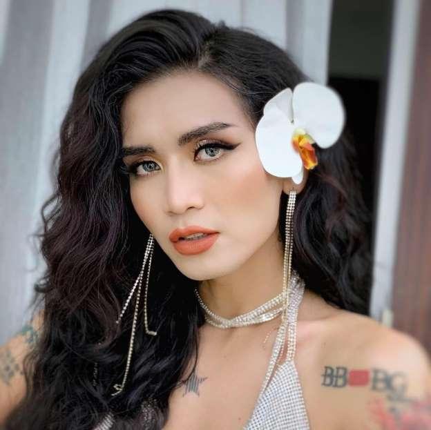 BB Trần bất ngờ hóa mỹ nhân chanh xả ngồi uống nước dừa trong MV của Sơn Tùng khiến fans cười khỏi ngậm miệng-7