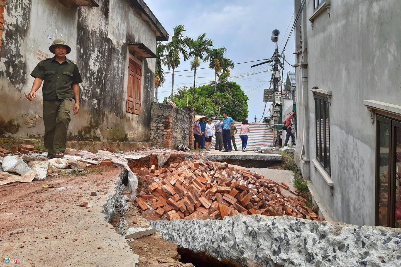 Hố tử thần nuốt căn nhà 2 tầng ở Hà Nội-4