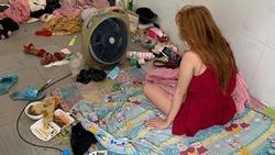 Bức ảnh cô gái thức giấc quanh căn phòng ngập ngụa rác khiến nhiều người thắc mắc sao có thể ngủ nổi?