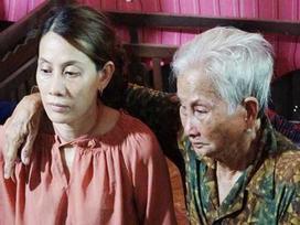 Mẹ già 80 tuổi ngất xỉu khi vừa nhìn thấy con gái trở về nhà sau 22 năm lưu lạc