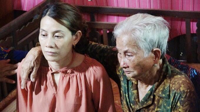 Mẹ già 80 tuổi ngất xỉu khi vừa nhìn thấy con gái trở về nhà sau 22 năm lưu lạc-2